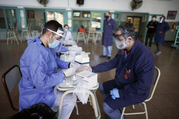 Confirmaron 386 muertes y 13.305 contagiados en el país