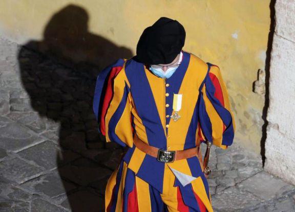 Miembros de la seguridad del Vaticano tienen coronavirus y suspenden permisos