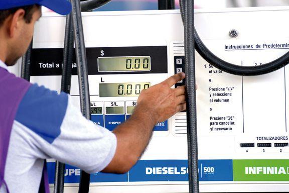 La nafta subiría  dos pesos por litro en las próximas horas