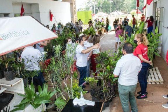 Herrera Ahuad visitó la Biofábrica donde se realiza la Feria Misiones Siempre en Flor