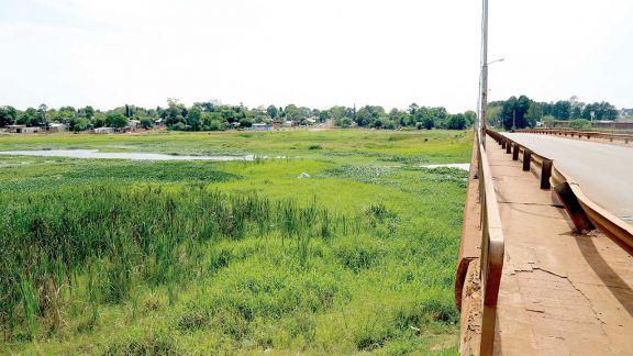 Un puente con  un hilo de agua