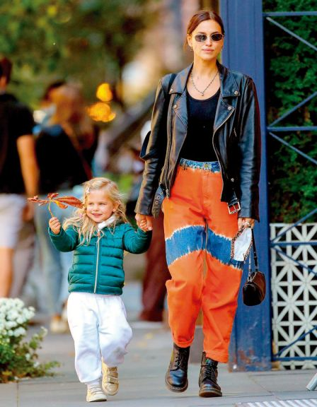 Irina pasea con  su pequeña Lea