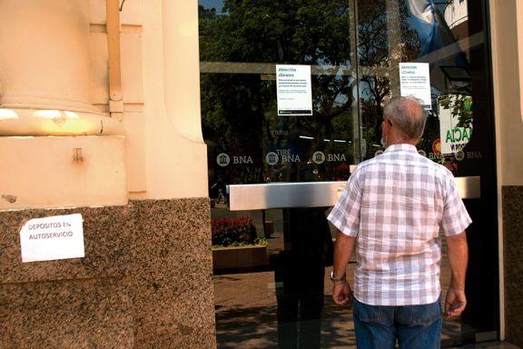 Con atención reducida reabren bancos en los que detectaron casos de Covid