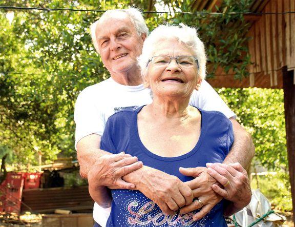 Después de casi 60 años de noviazgo, dieron el sí en el altar