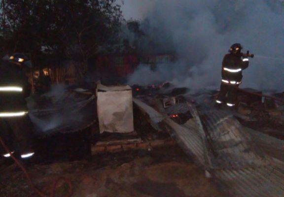 Voraz incendio en Wanda destruyó por completo una vivienda