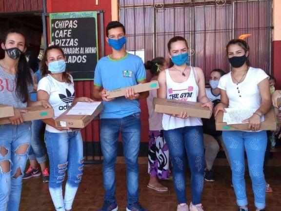 Entrega de netbooks a estudiantes de Pozo Azul