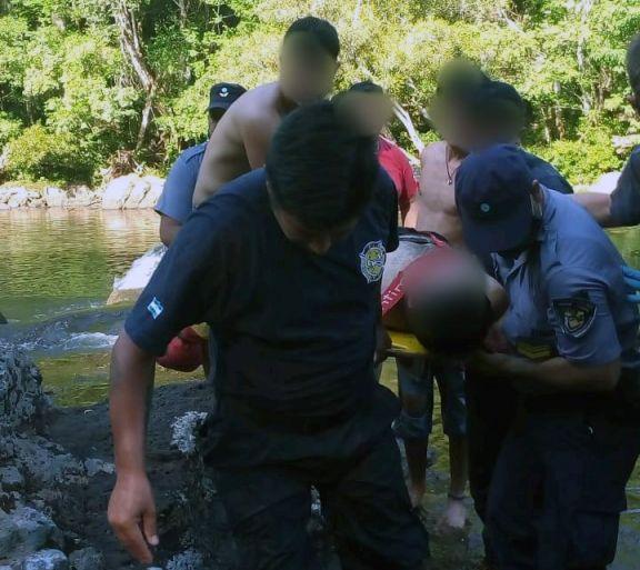 Jardín América: rescataron a dos jóvenes en aguas del Tabay