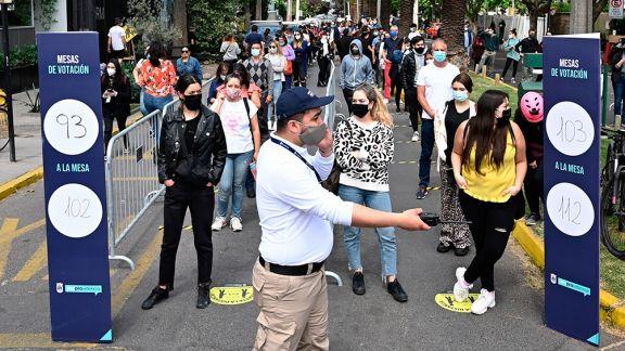 Largas filas y estrictas medidas sanitarias marcan el histórico plebiscito chileno