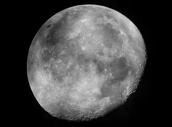 Descubren más agua en la Luna