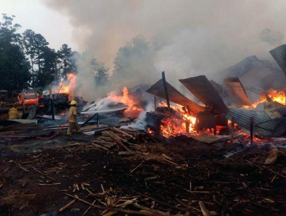 Voraz incendio destruyó un aserradero en San Pedro