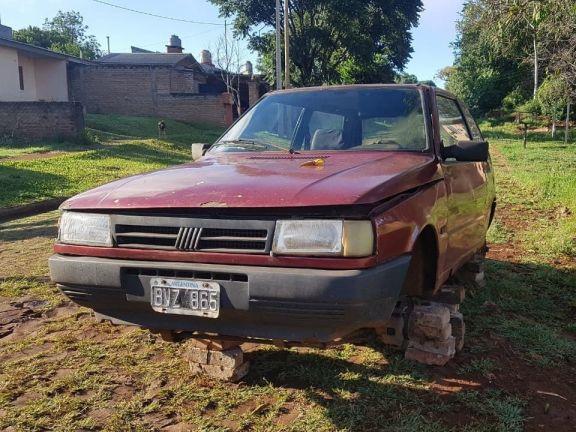 Dejó el auto frente a la casa y le robaron todas las ruedas