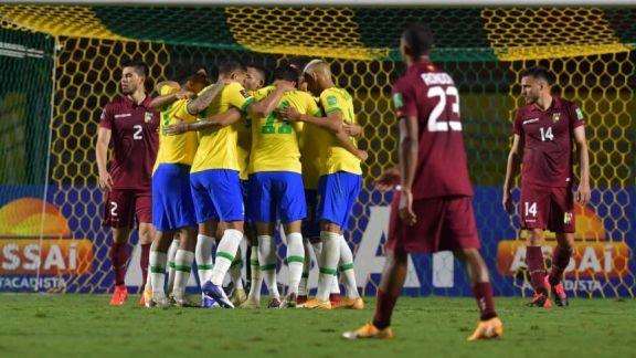 Brasil lo destraba en el segundo tiempo y se impone a Venezuela para ser líder