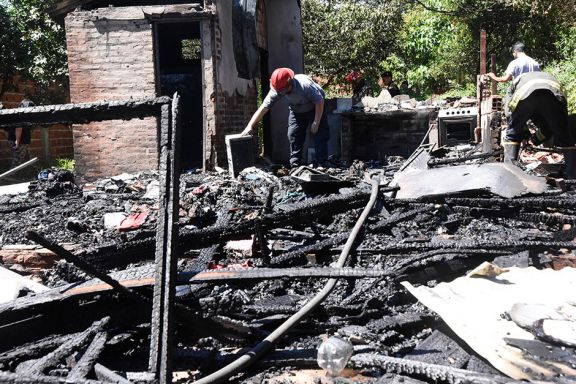 Incendio dejó con lo puesto a una familia de la chacra 100