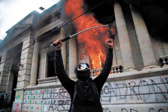 Manifestantes incendiaron  el Congreso de Guatemala