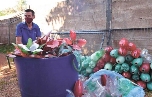 Botellas recicladas y creatividad se conjugan para decorar Eldorado