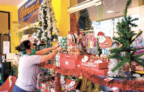 Empezó la venta de adornos navideños con suba de precios en luces y árboles