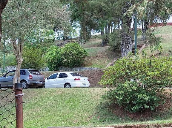 San Pedro: Vecinos molestos con automovilistas que estacionan dentro de la plaza San Martín