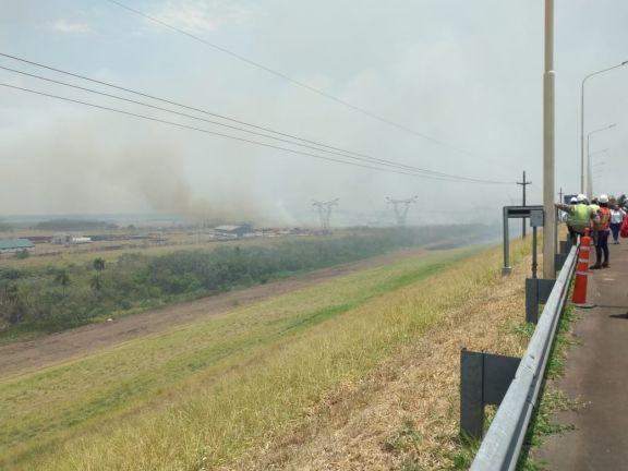 Ituzaingó: Combaten el fuego en inmediaciones de la Central de Yacyretá