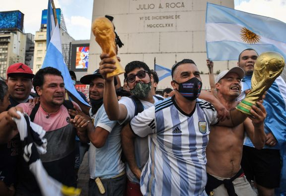 """Con cantos y llantos una multitud despidió Maradona, """"la alegría del pueblo"""", en el Obelisco"""