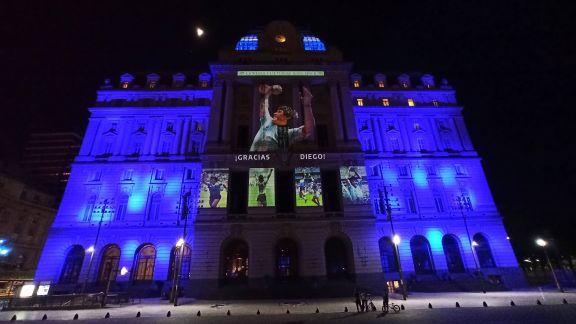 Iluminan monumentos por Maradona
