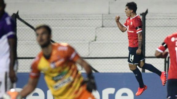 Independiente quedó a un paso de cuartos al golear a Fénix en Montevideo