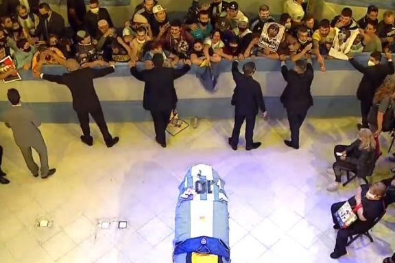 Abrieron las puertas de la Casa Rosada para que los hinchas despidan a Maradona