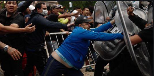 Incidentes en la despedida: un herido tras los forcejeos para el ingreso a Casa Rosada