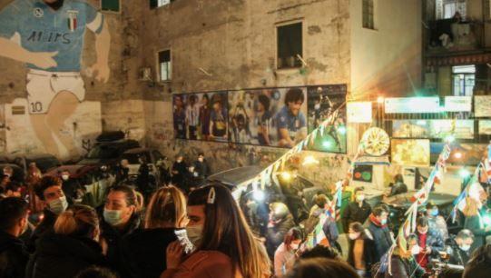 Autoridades temen por una ola de suicidios en Nápoles tras la muerte de Maradona