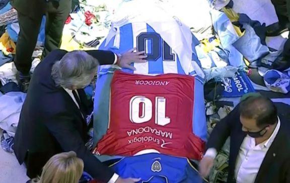 La camiseta de Argentinos y el pañuelo de Abuelas, las ofrendas de Fernández a Maradona