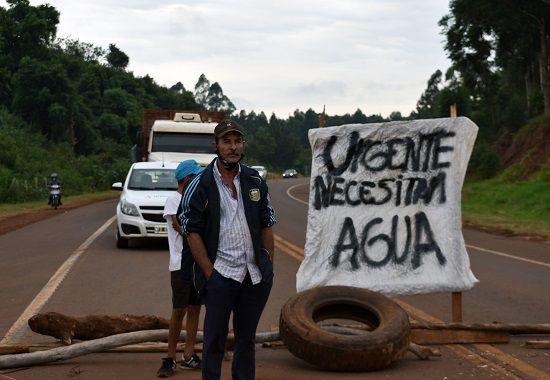 San Pedro: vecinos desesperados ante la falta de agua, cortan la ruta