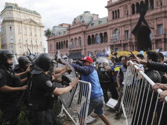 Disturbios en el funeral de Maradona luego de que cientos de personas saltaran las vallas para poder despedirlo