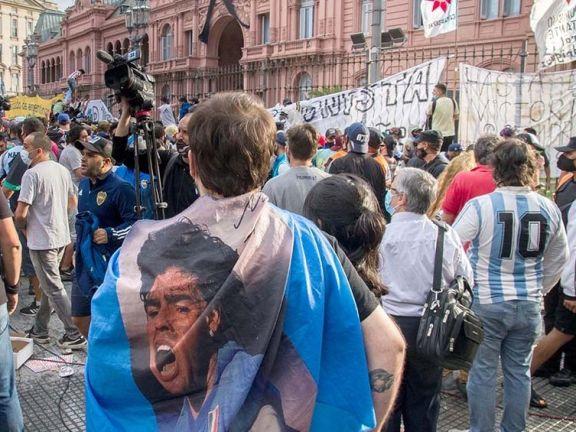 Disturbios en el funeral de Maradona: cientos de personas saltaron las vallas e ingresaron por la fuerza a Casa Rosada
