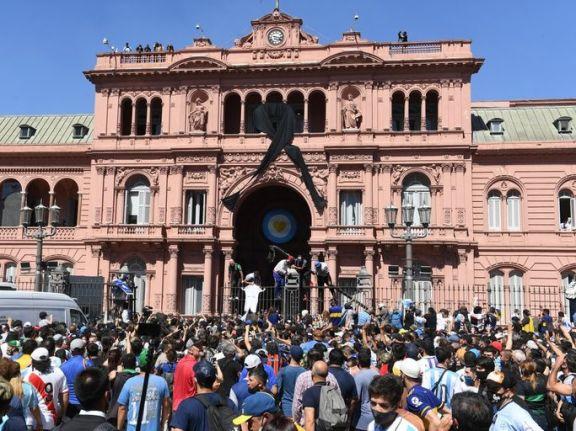 Por los disturbios la familia Maradona dio por finalizado el funeral y está en marcha el cortejo hacia el cementerio