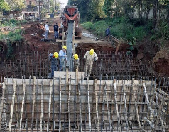 Avanzan con obras de nuevos puentes en Puerto Esperanza y Colonia Delicia
