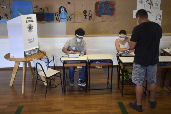 Unos 38 millones de brasileños votan para elegir intendentes en el segundo turno de 57 ciudades