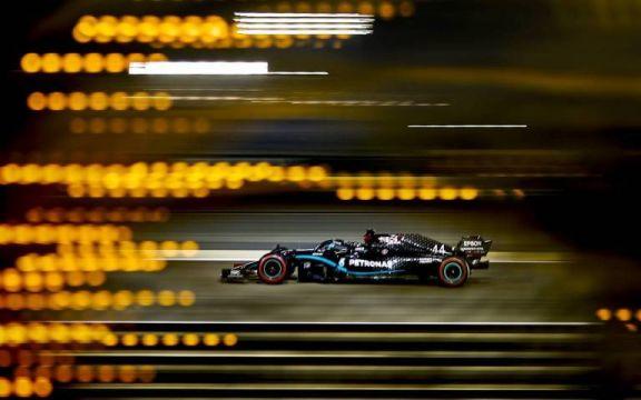 Lewis Hamilton gana en accidentada carrera de Fórmula 1