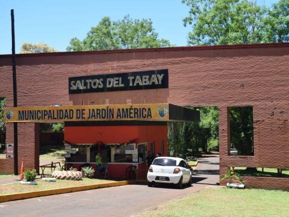 Visitantes de toda la provincia aprovecharon el feriado para descansar en Saltos del Tabay
