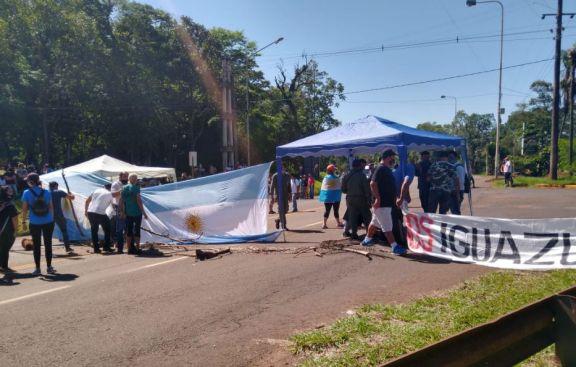 Vecinos Unidos de Puerto Iguazú cortan ruta 12 para exigir la apertura del puente