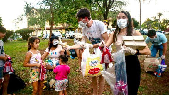 Repartieron comida en Nochebuena a quienes cuidan enfermos en el hospital
