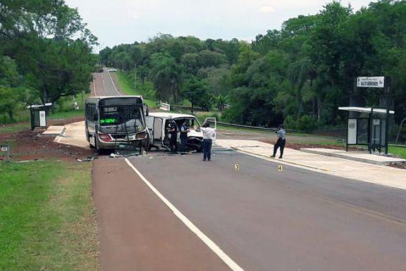 Oberá: colisión frontal entre un colectivo y una traffic dejó dos lesionados
