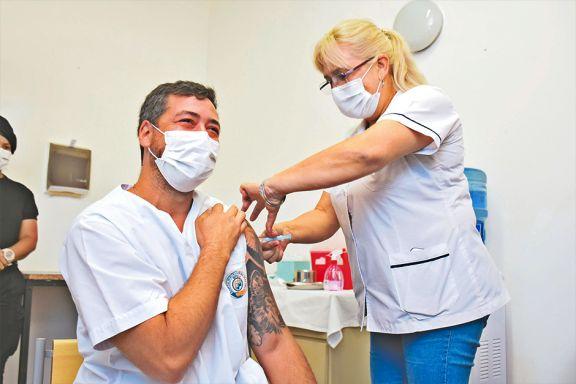 Médicos se aplican la vacuna y confían en generar conciencia