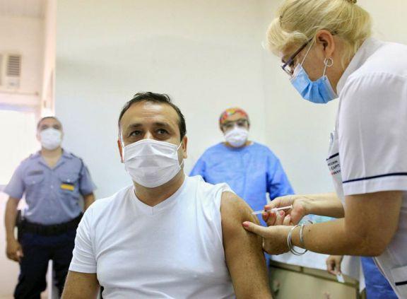 El gobernador Oscar Herrera Ahuad recibió la primera dosis de la vacuna Sputnik V