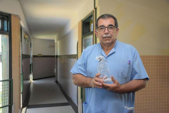 El doctor Oscar López recibiendo el reconocimiento al Misionero del Año