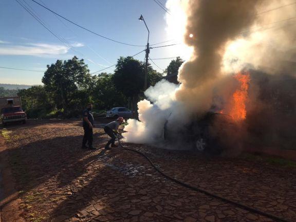 Un Mercedes B200 se prendió fuego en un barrio de Oberá