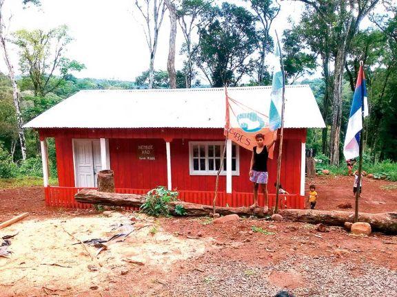 Mediante trabajo voluntario, niños mbya cuentan con un edificio escolar