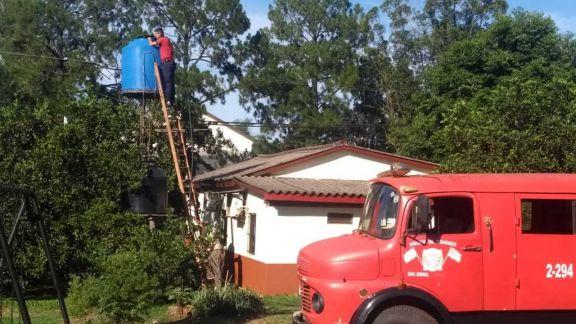 Bomberos asisten con agua a familias de Santa Ana