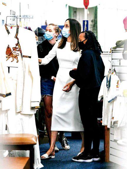 Angelina de compras con sus hijas