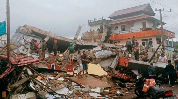 Fuerte sismo golpeó Indonesia: más de 30 muertos y cientos de desaparecidos