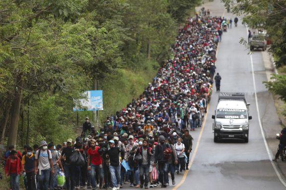 Unos 9.000 migrantes centroamericanos marchan a los Estados Unidos