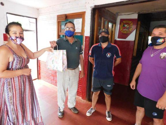 Vecinas de Puerto Libertad le donaron barbijos a los bomberos voluntarios